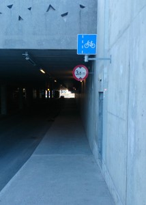 Undergangen under Jekta er skilta for syklistar, men kvar er eigentleg sykkelfeltet?