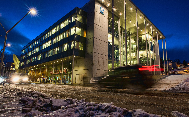 Rådhuset i Tromsø på kveld/natt vinterstid. Foto / Photo Credit: Mark Ledingham, Tromsø kommune