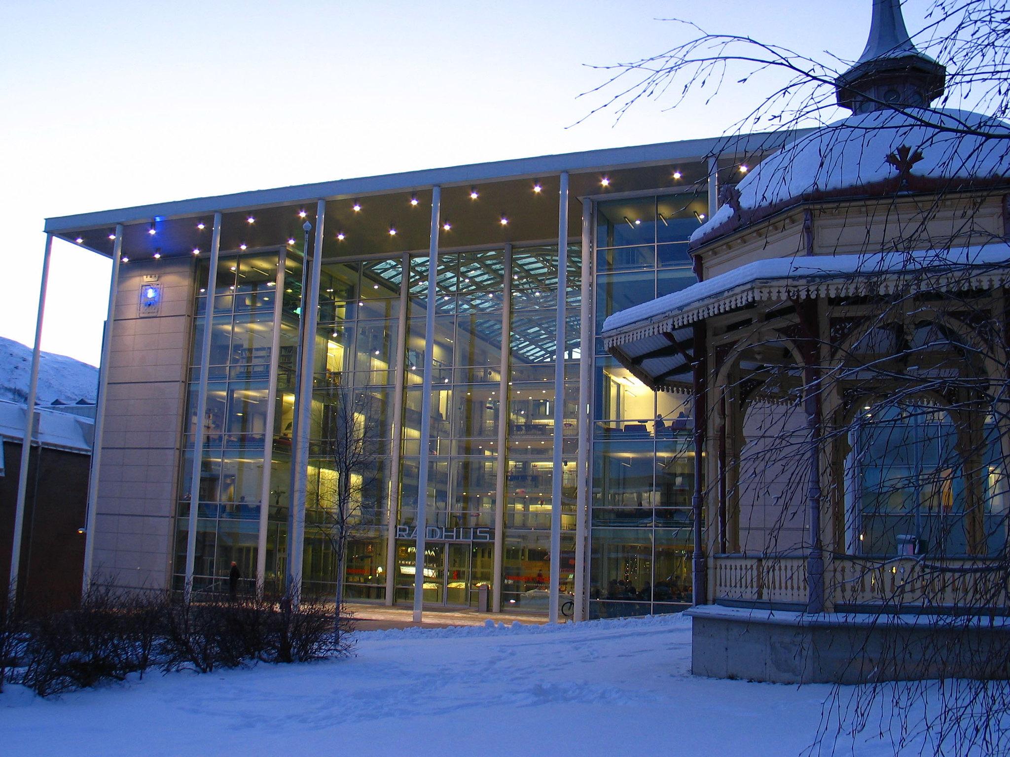Rådhuset i Tromsø med paviljongen i forgrunnen